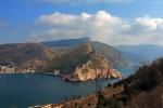 Вид на бухту и крепость Чембало